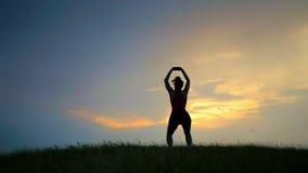 Meditazione vicino al mare che fa yoga su una spiaggia all'alba video d archivio