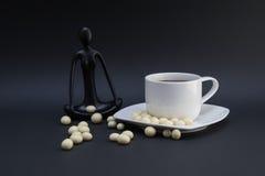 Medite con café Fotografía de archivo