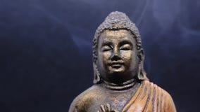 Meditera buddha med rökelserök omkring stock video