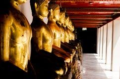Meditera Buddhastatyn Royaltyfri Bild