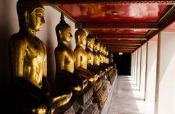 Meditera Buddhastatyn Arkivfoton
