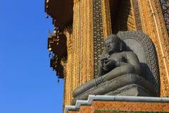 Meditera Buddhastatyn på Wat Phra Kaew Royaltyfri Bild
