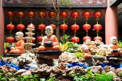 Meditera den buddistiska novisen Arkivfoto