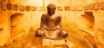 Meditera den japanska Buddhastatyn Arkivbilder