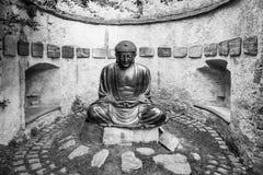 Meditera den japanska Buddhastatyn Arkivfoto