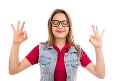 Meditera den nöjda kvinnan med stängda ögon fotografering för bildbyråer