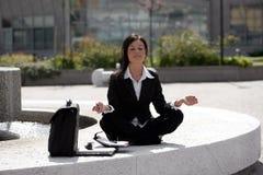 meditera för affärskvinna royaltyfri foto