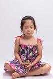 Meditera för barn/barn som mediterar bakgrund Arkivfoton