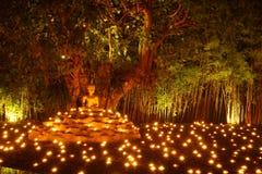 Meditera för Buddhastaty Arkivbild