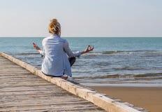 Meditera för flicka Royaltyfria Foton
