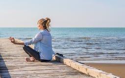 Meditera för flicka Royaltyfria Bilder