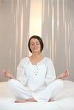 Meditera för kvinna Fotografering för Bildbyråer