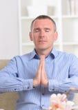 meditera för man Arkivfoto