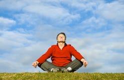 meditera för man Arkivbild