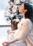meditera gravid kvinna arkivfoton