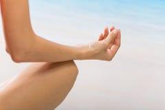 meditera kvinna för strand royaltyfri foto
