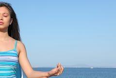 meditera kvinnayoga royaltyfri foto