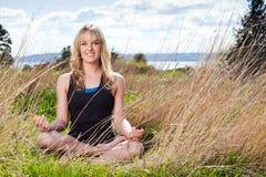 meditera kvinnayoga Fotografering för Bildbyråer