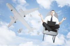 Meditera mannen som ut faller, eller flygplanet Arkivfoton