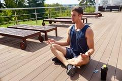 Meditera på rymlig terrass Royaltyfria Bilder