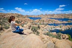 Meditera på Watson Lake Royaltyfria Bilder