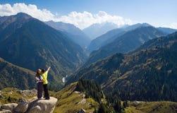 Meditera par på toppmötet Fotografering för Bildbyråer