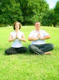 meditera park för par fotografering för bildbyråer