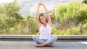 meditera utomhus kvinnan stock video