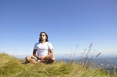 meditera yoga för man Arkivbilder