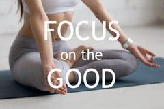 meditera yoga Fokus på godan fotografering för bildbyråer