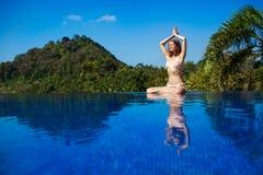 mediterat göra kvinnayoga fotografering för bildbyråer