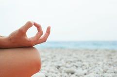 mediterat göra kvinnayoga Närbild arkivfoto