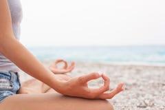 mediterat göra kvinnayoga Närbild royaltyfri foto