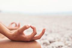 mediterat göra kvinnayoga Närbild royaltyfria foton