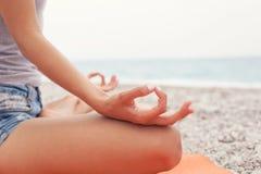 mediterat göra kvinnayoga Närbild royaltyfri fotografi