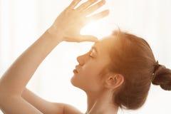 mediterat KvinnaNamaste händer till pannan, sidosikt royaltyfria foton