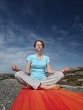 Mediterende jonge vrouw stock fotografie