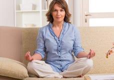 Mediterende vrouw Stock Afbeelding