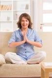 Mediterende vrouw Stock Foto's