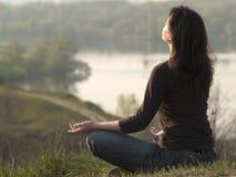 Mediterende vrouw royalty-vrije stock fotografie