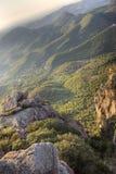 Mediterraan bergachtig landschap stock afbeeldingen