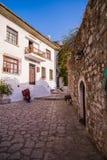 Mediterraan dorp en smalle straat blauwe hemel royalty-vrije stock afbeeldingen