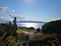 Mediterraan huis op heuvel stock afbeelding