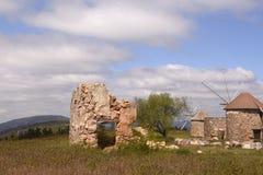 Mediterraan Landschap met Rocky Old Mills - Ruïnes Stock Afbeeldingen