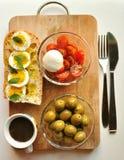 Mediterraan ontbijt met koffie en sandwich Stock Fotografie