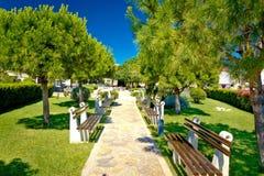 Mediterraan park met bankenmening Stock Afbeeldingen