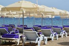 Mediterraan strand tijdens hete de zomerdag Royalty-vrije Stock Foto's