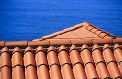 Mediterraan terracotta betegeld dak met bliksemafleider Stock Fotografie