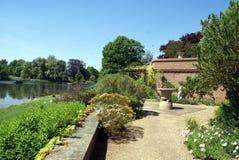 Mediterraan tuinterras bij de Culpeper-Tuin van het kasteel van Leeds in Maidstone, Kent, Engeland Stock Foto's