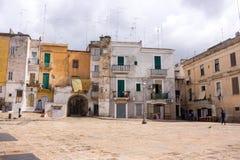 Mediterraan vierkant met oude gebouwen met televisieantennes Italiaanse traditionele architectuur De stadsoriëntatiepunt van Bari stock afbeelding